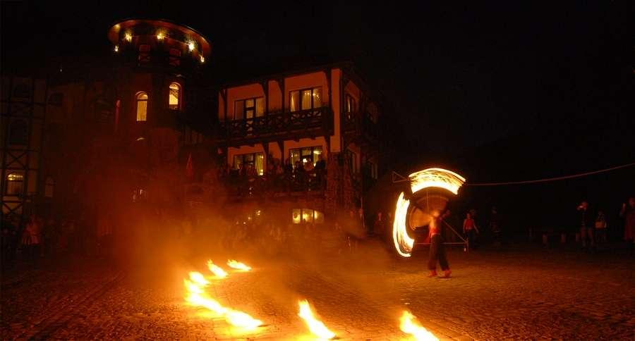 Вогняне файєр-шоу, яскравий корпоративний відпочинок