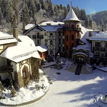 Красивий і цікавий відпочинок в Україні взимку в горах Карпатах, регіон Славське-Волосянка