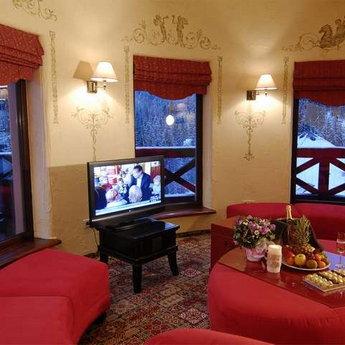 Панорамний зал апартаментів Вежа ввечері, VIP-відпочинок в Карпатах