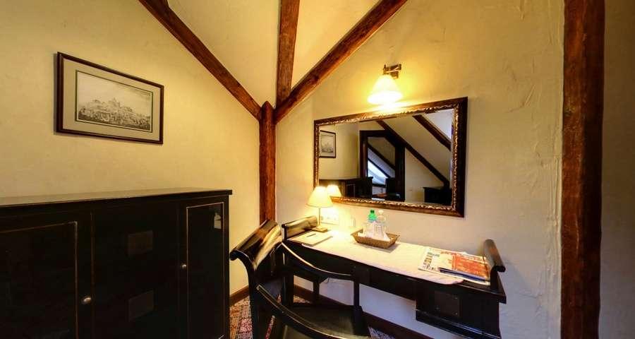 Письмовий стіл на другому поверсі апартаментів Вежа