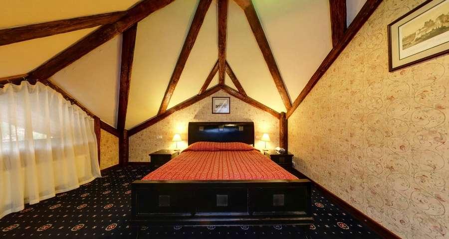 Спальня на другому поверсі апартаментів Вежа, VIP-відпочинок в Карпатах