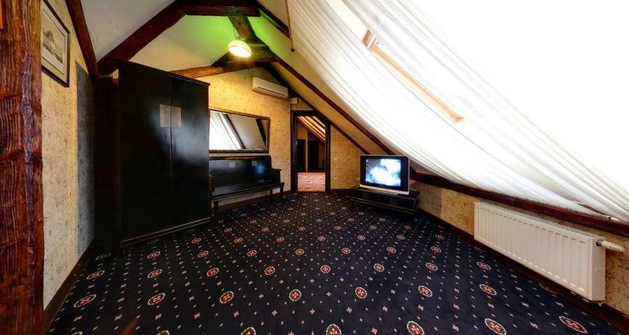 Спальня на другому поверсі апартаментів Вежа