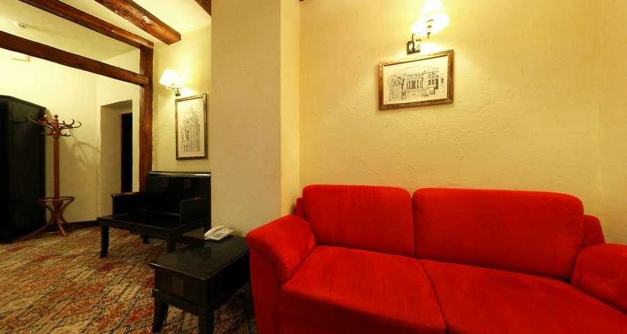 Люкс двокімнатний №207, вітальня з м'яким диваном