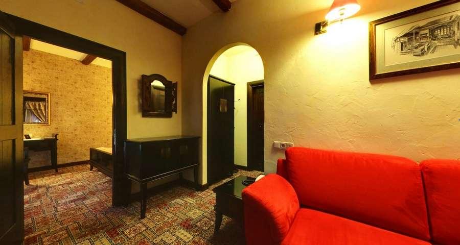Люкс двокімнатний №301, вітальня з червоним диванчиком