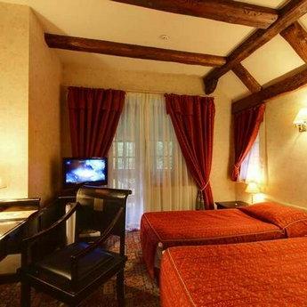 Люкс 3-кімнатний №302, червона спальня