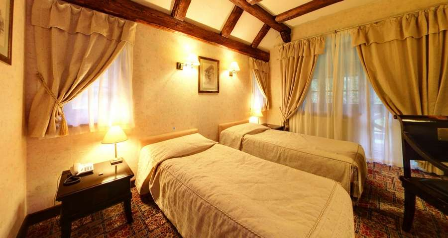 Люкс 3-кімнатний №302, світла спальня