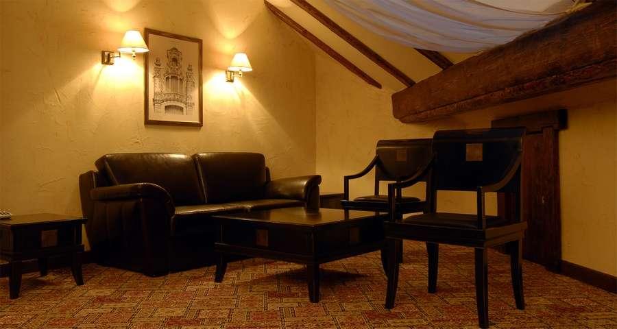 Люкс 3-кімнатний №302, вітальня з шкіряним диваном