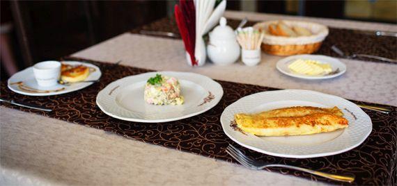 сніданок з млинців, салату і синричків, карпати