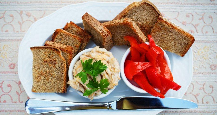 Українська закуска: сало, маринований перець і підсмажений хліб