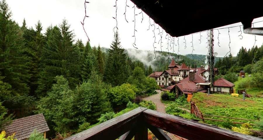 Вид на природу Карпат довкола руської бані, початок осені, Вежа Ведмежа