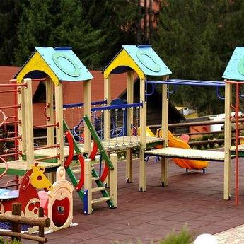 Дитячий майданчик в Карпатах на відкритому повітрі, Вежа Ведмежа