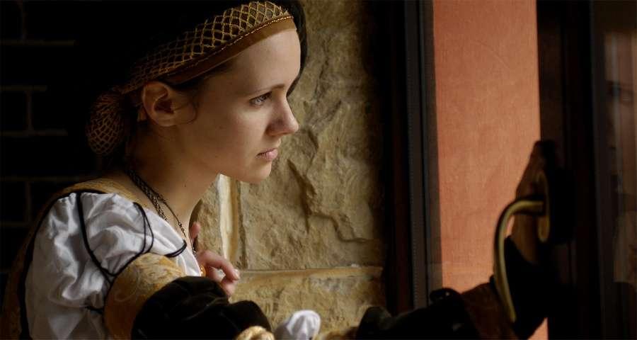 Дівчата в середньовічних костюмах