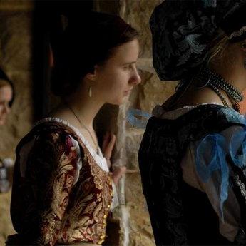 Жінки в середньовічних шатах