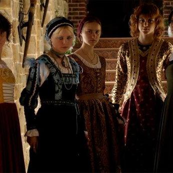 Дівчата в середньовічних жіночих платтях