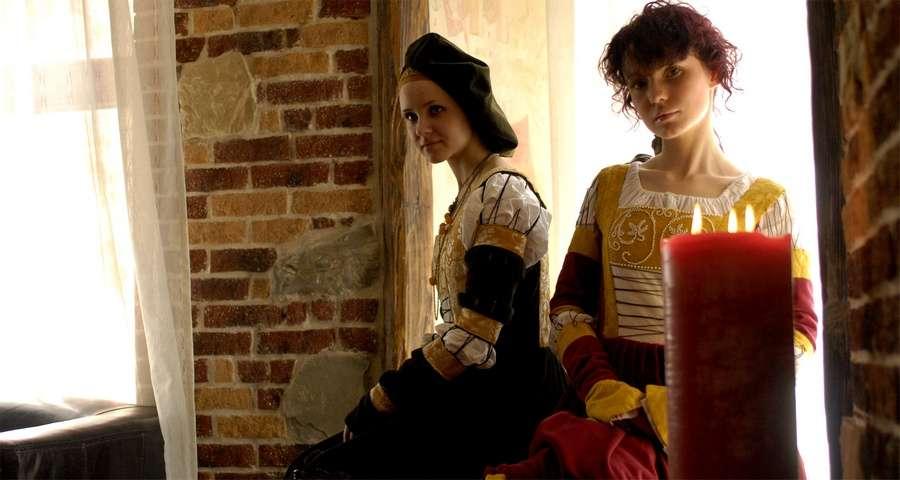 Дівчата в середньовічному одязі, готель Вежа Ведмежа