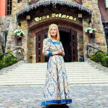 Жінка в середньовічному платті