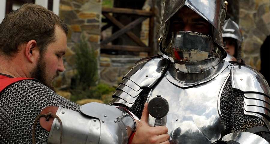 Чоловіки в середньовічних обладунках