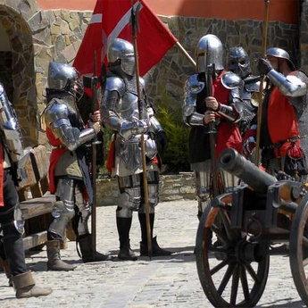 Середньовічні лати на чоловіках, гармата