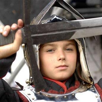 Хлопчик в середньовічних лицарських латах, готель Вежа Ведмежа