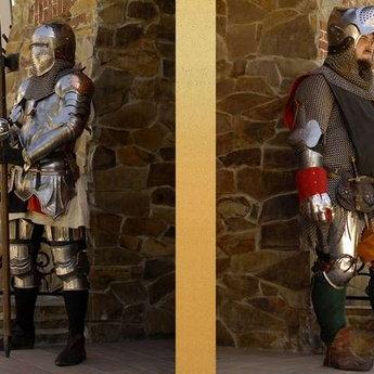 Чоловіки в лицарських обладунках