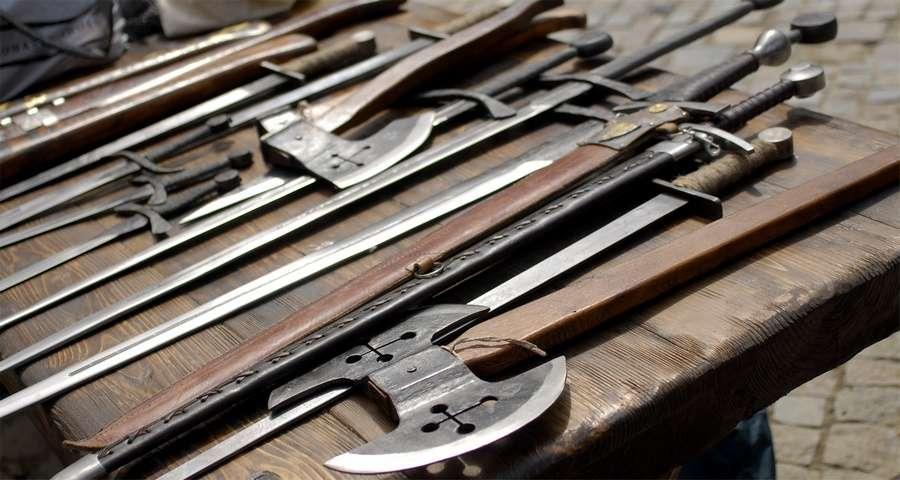 Середньовічна зброя: мечі і сокири