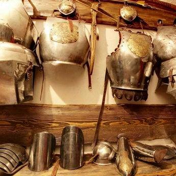 Середньовічні обладунки у зброярні