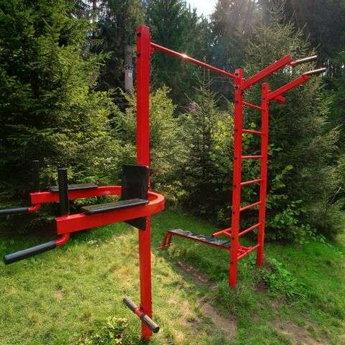 Спортивний майданчик в Карпатах шведська стінка на території Вежі Ведмежої