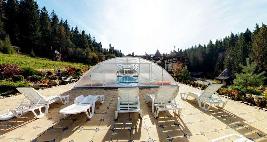 Плавальний басейн в Карпатах, середина осені, готель Вежа Ведмежа