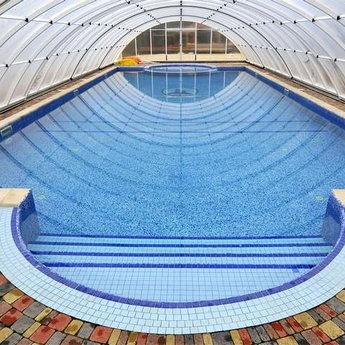 Відкритий басейн в готелі в Карпатах, розгорнутий павільйон