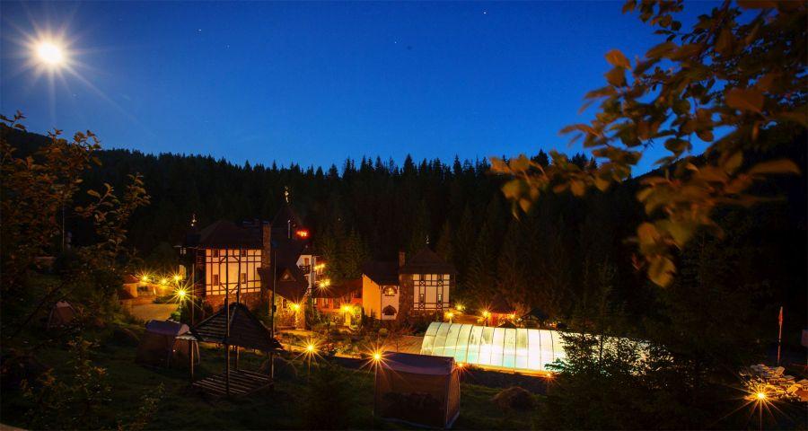 Басейн в Карпатах вночі літом