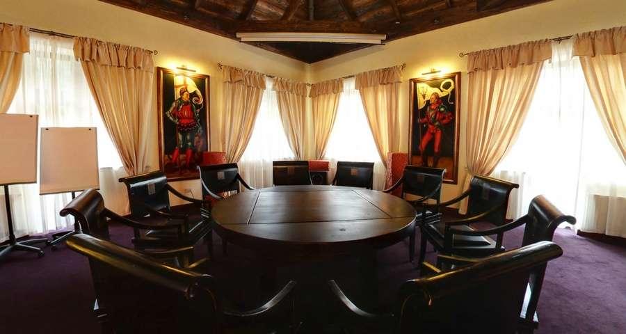 Круглий стіл в конференц-залі готелю Вежа Ведмежа