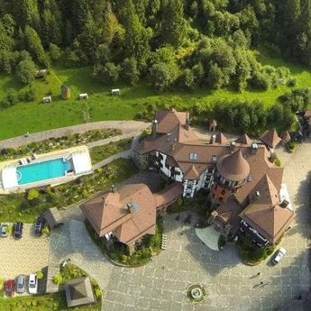 Готель-замок Вежа Ведмежа, вид території зверху. Найкращий відпочинок в Карпатах