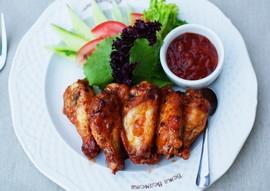 Курячі крильця барбекю зі свіжими овочами
