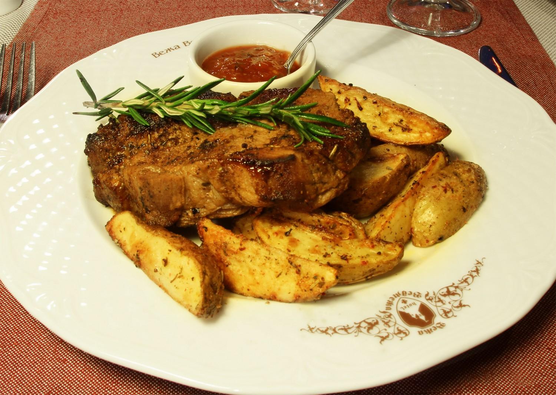 Стейк зі свинини з печеною картоплею і соусом Барбекю