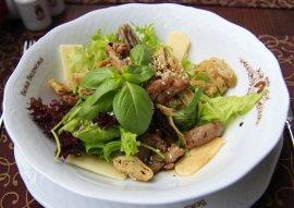 Теплий салат з телятиною і омлетом
