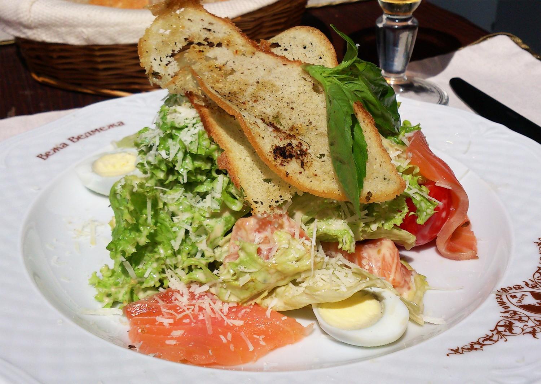 Салат Цезар із копченим лососем