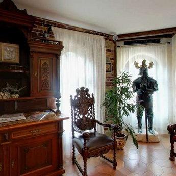 Камінний зал в готелі Вежа Ведмежа, лицарські обладунки та стільці в середньовічному стилі