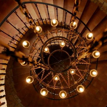 Канделябр над гвинтовими сходами Вежї Ведмежої