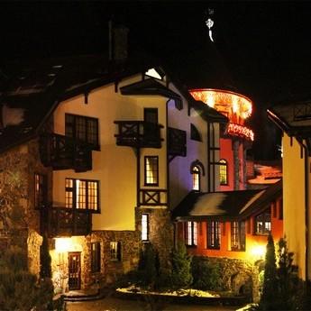 Вечірній фасад готелю в Карпатах Вежа Ведмежа
