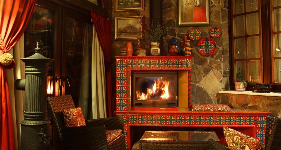Найтепліші і найзатишніші місця України - біля каміну тераси ресторану Вежі Ведмежої