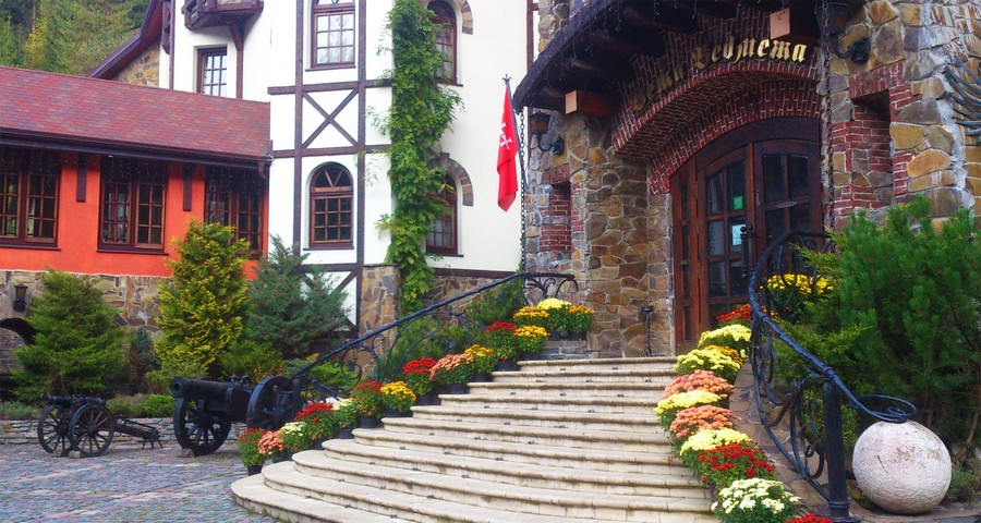 Autumn flowers of fall on the stairs at Vezha Vedmezha