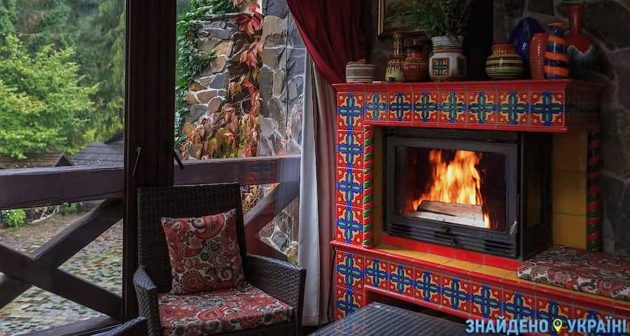 Спокійний відпочинок восени в затишному готелі Карпат з каміном