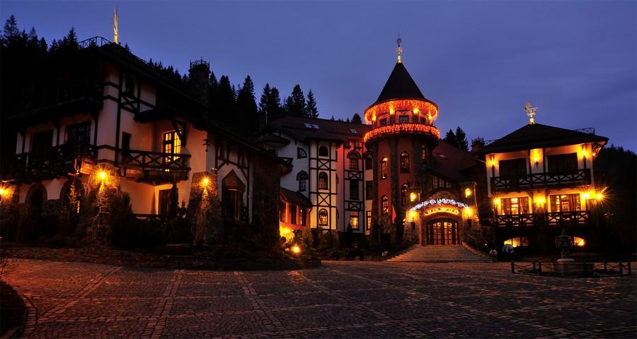 Вежа Ведмежа в листопаді: осінній вечір, присмерк у Карпатах