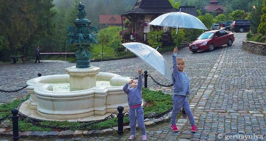 Відпочинок у дощ в Україні з дітьми. Чим можна зайнятися у непогоду? Прозорі парасолі