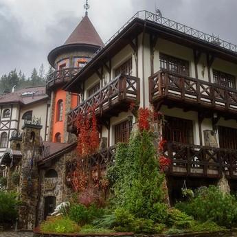 Найвідоміший готель-бутік Карпат і всієї України - Вежа Ведмежа пізньої осені в туманах