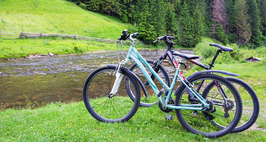 Велосипедні мандрівки влітку по зелених гірських дорогах біля річки. Славське - Волосянка