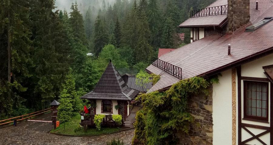 Ексклюзивний готель-замок у Карпатах для незабутнього літнього відпочинку