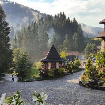 Один з найкрасивіших готелів в Україні для розкішного відпочинку у Карпатах влітку
