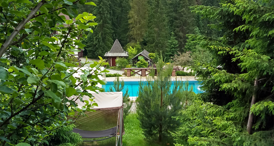 Літній відпочинок біля відкритого басейну у Карпатах 2019