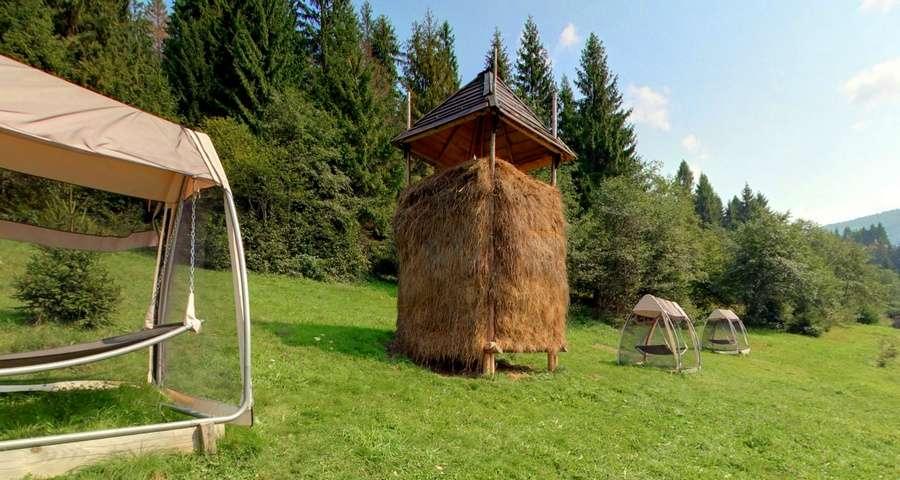 Літній відпочинок в Карпатах, гамаки біля басейну в готелі Вежа Ведмежа